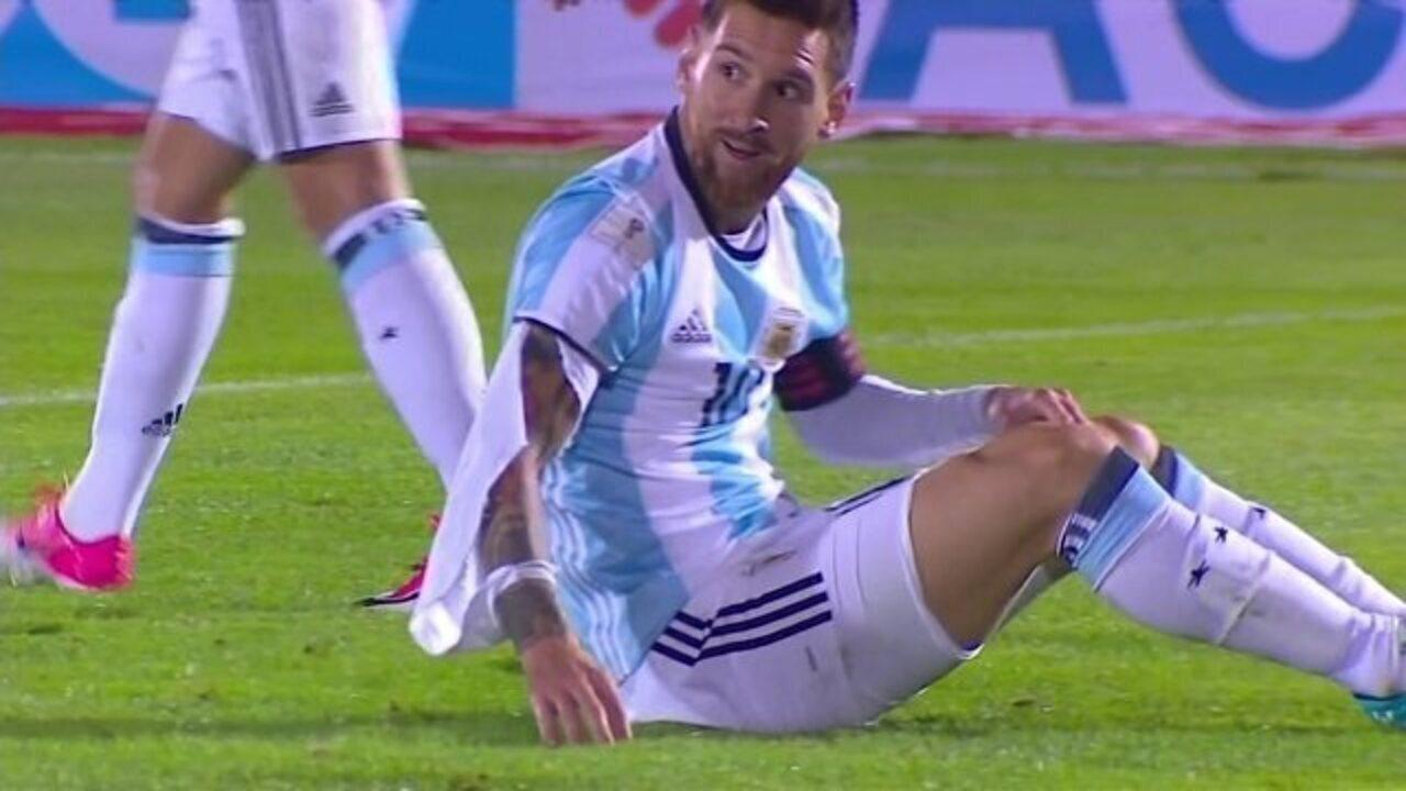 Messi sofre faltas duras no jogo e tem camisa rasgada