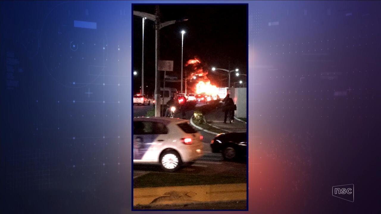 Ônibus que levava estudantes é incendiado em Itajaí