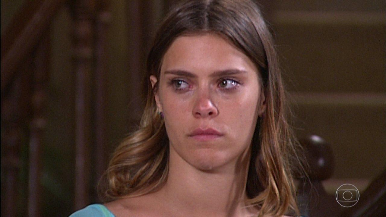 Isabel fica imóvel ao ver Maria do Carmo