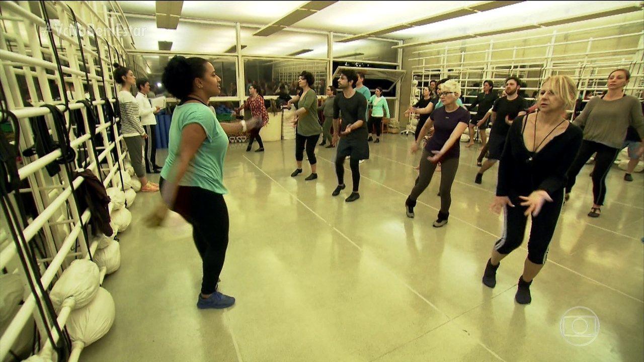Time de anjos da guarda ajuda nos ensaios do projeto 'Quem dança seus males espanta'