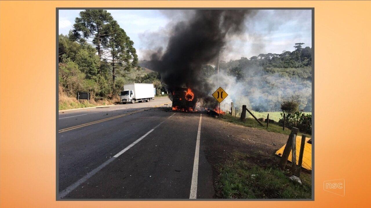 Carro-forte pega fogo durante assalto na SC-355 em Fraiburgo
