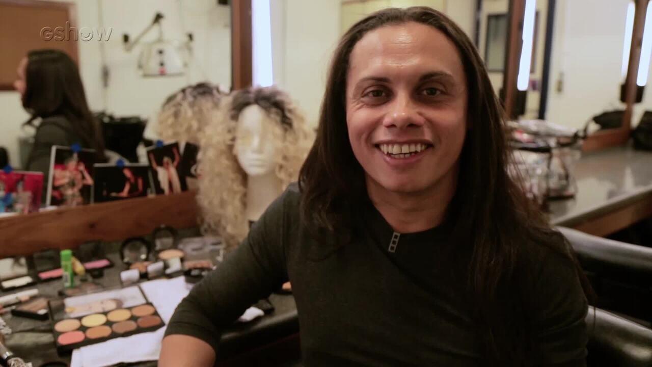 Silvero Pereira ensina passo a passo de maquiagem feminina
