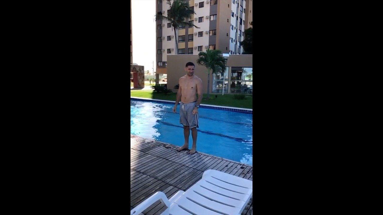 PM que deveria estar preso por matar advogada aparece em vídeo tomando banho de piscina