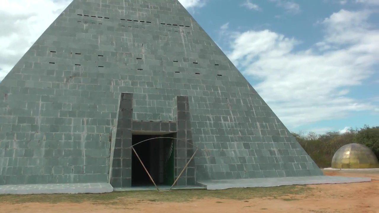 Grupo constrói pirâmide de 19 metros de altura no sertão cearense