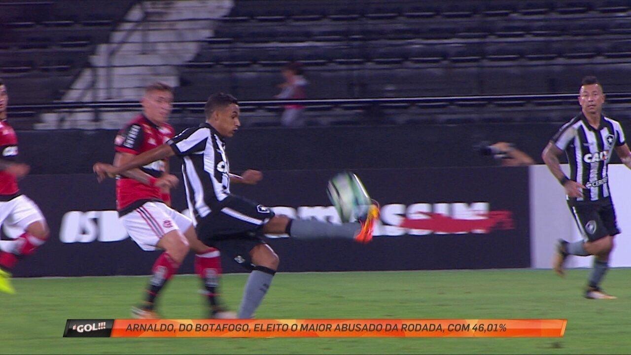 Cheio de gás, Arnaldo, do Botafogo, dá chapéu em Cuéllar e é o