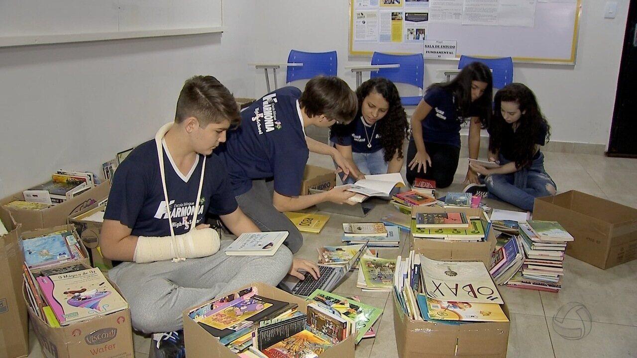Estudantes de escola particular em MS doam livros para colégio público
