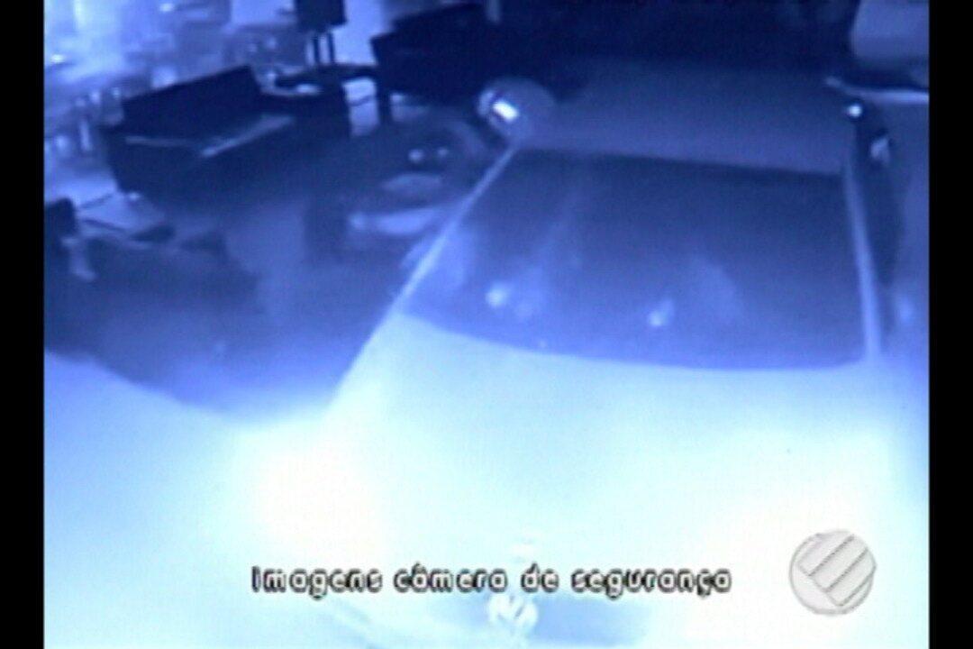Câmeras de segurança registram momento em que carro invade hotel após perseguição
