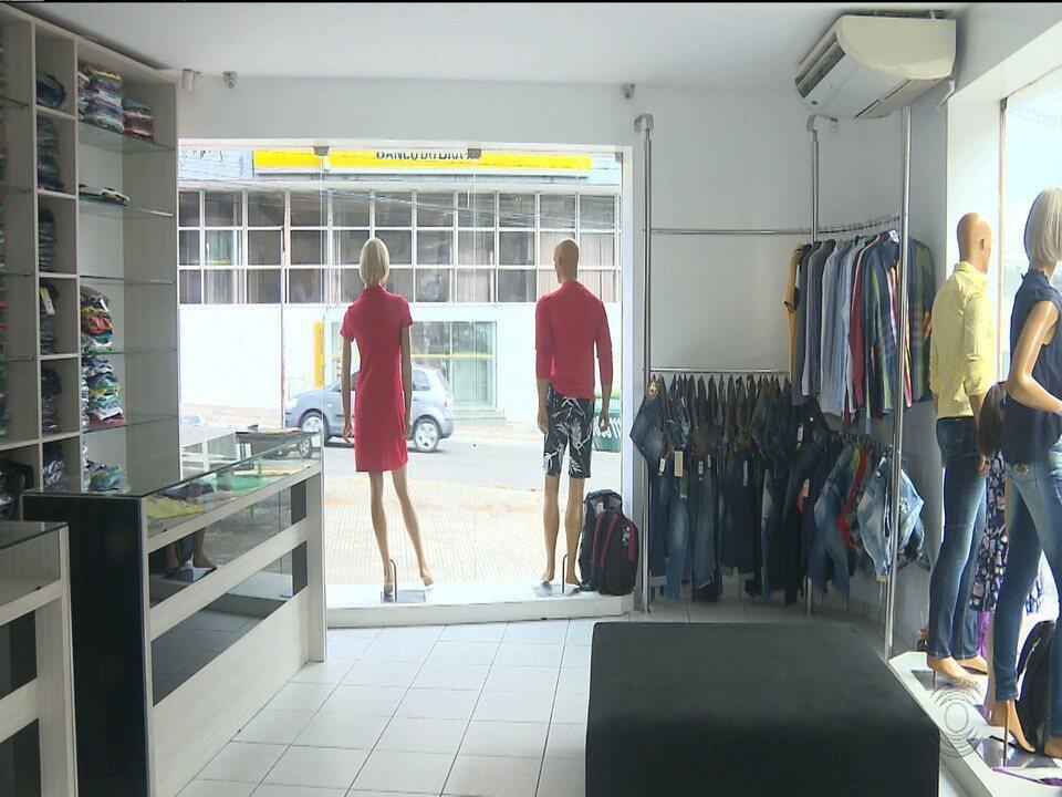 Imagens mostram bandido roubando loja de roupas no Centro de Campina Grande