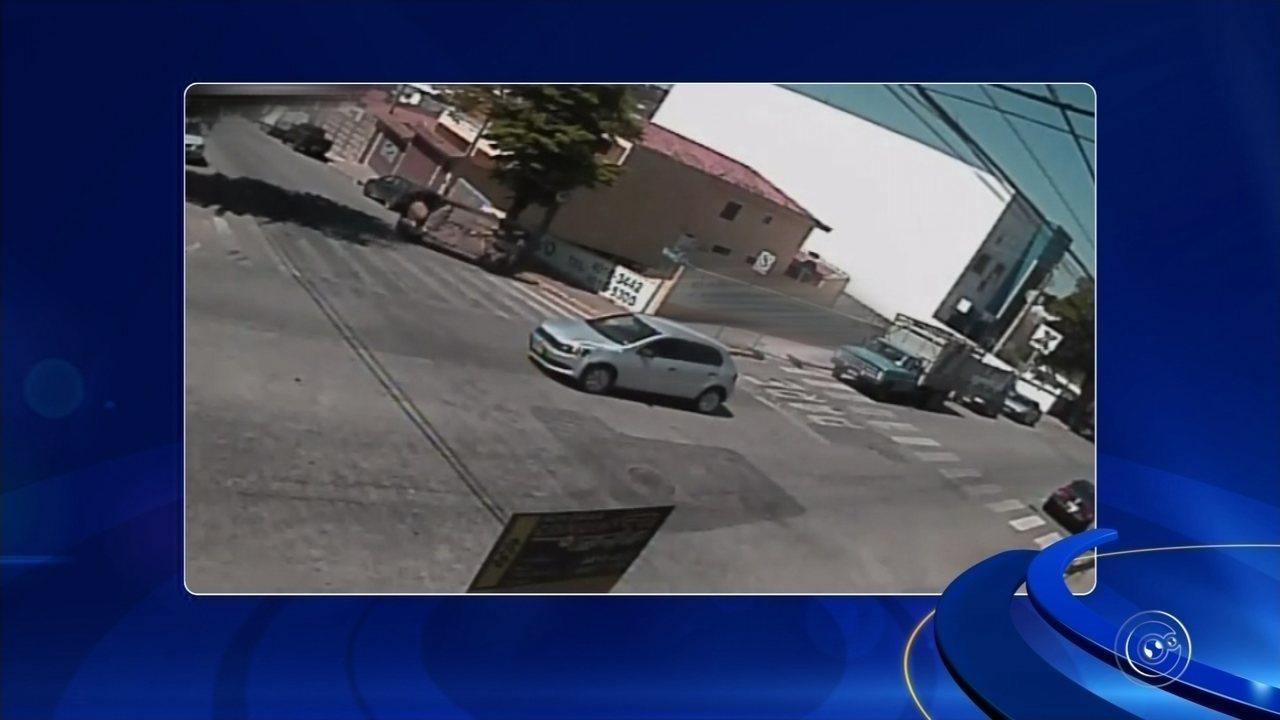 Câmera flagra capotamento de carro no Centro de Jarinu