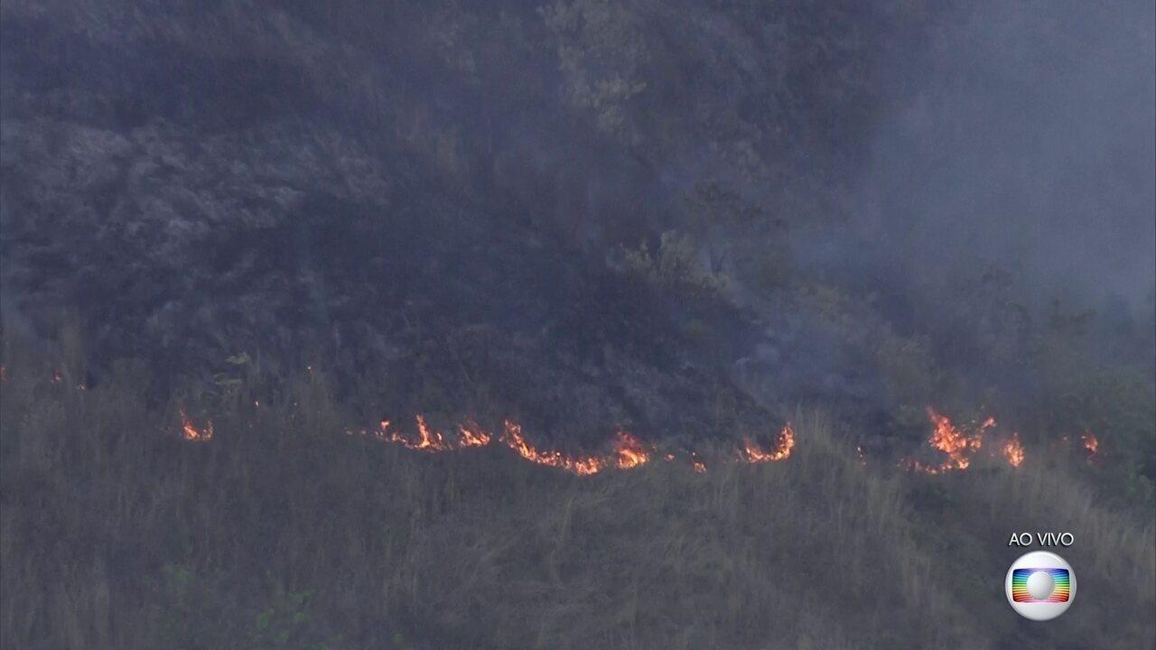 Incêndio atinge vegetação no Maciço da Tijuca