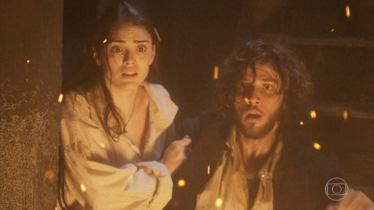 Anna e Joaquim ficam encurralados no navio em chamas