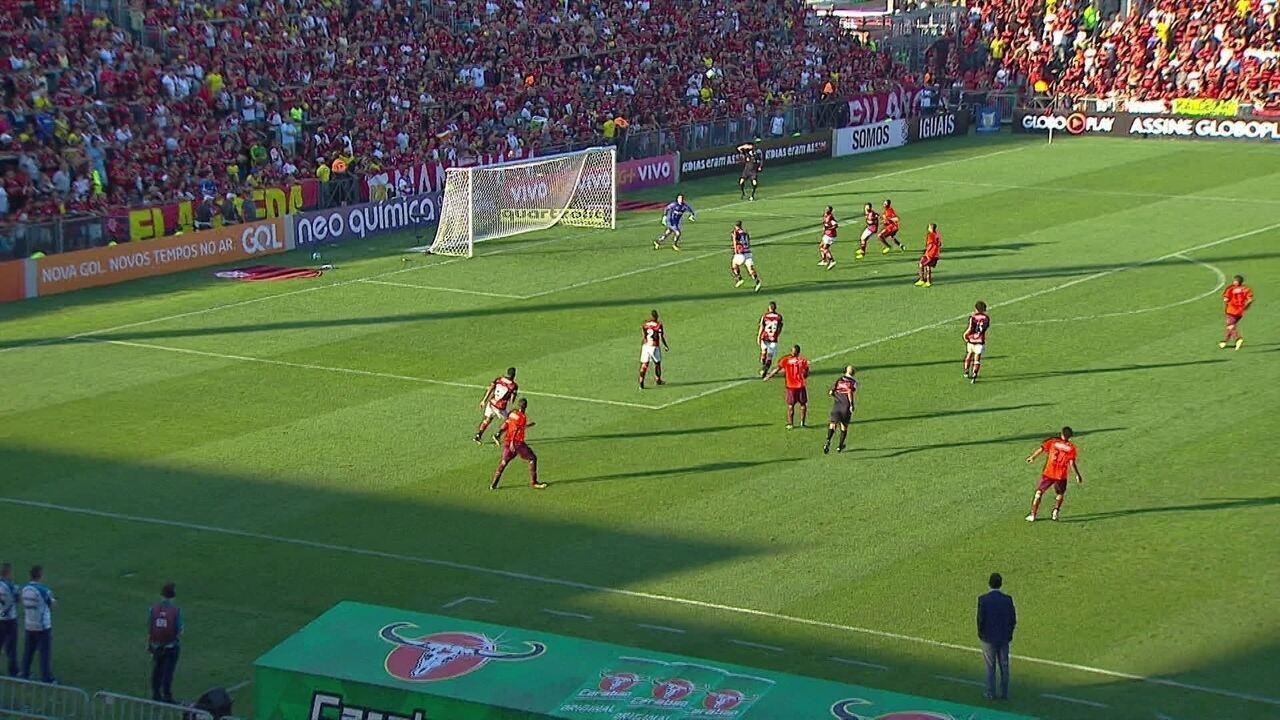 Confira os lances em que Diego Alves foi exigido contra o Atlético-PR