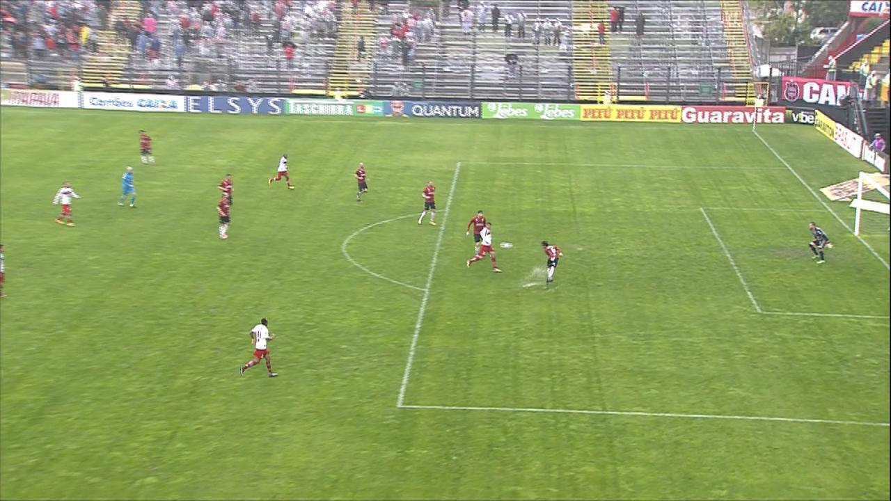 Marion lança na área, Breno corta errado e a bola sobra para Neto Baiano, aos 7m do 2T