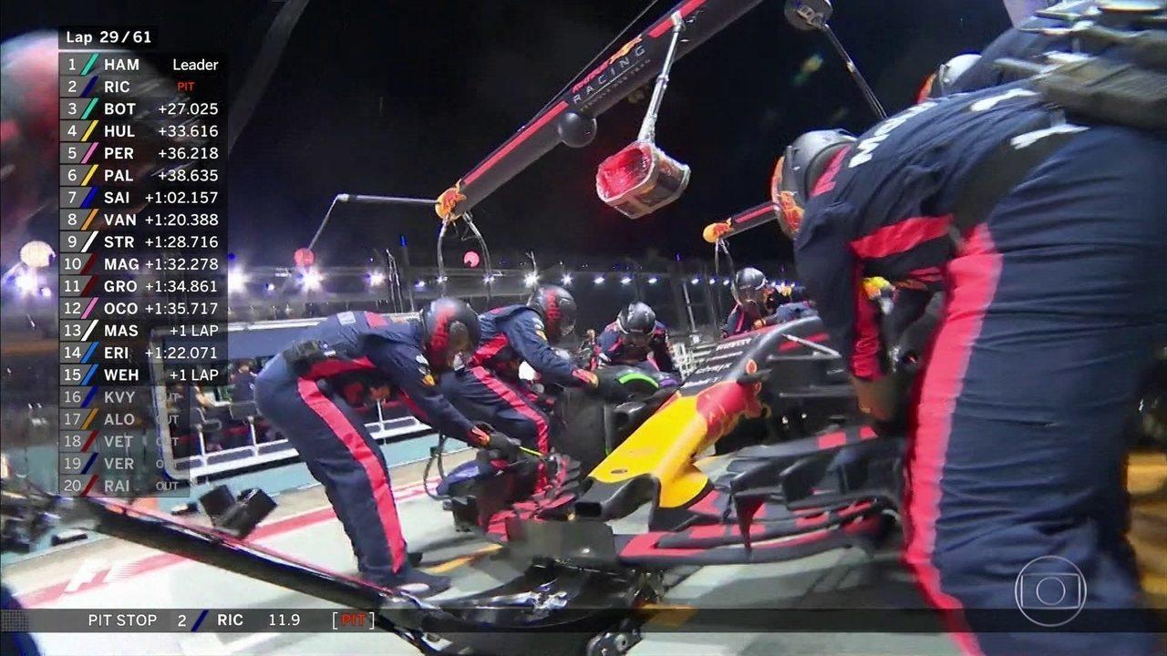 Ricciardo para antes de Hamilton para trocar pneus em Cingapura