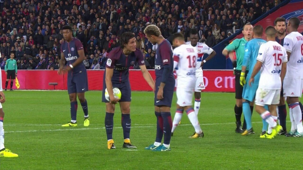 Cavani e Neymar se desentendem em cobrança de pênalti; veja o vídeo