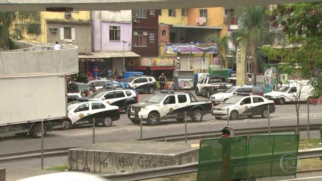 Policiais civis e militares fazem operação na Rocinha após guerra de traficantes