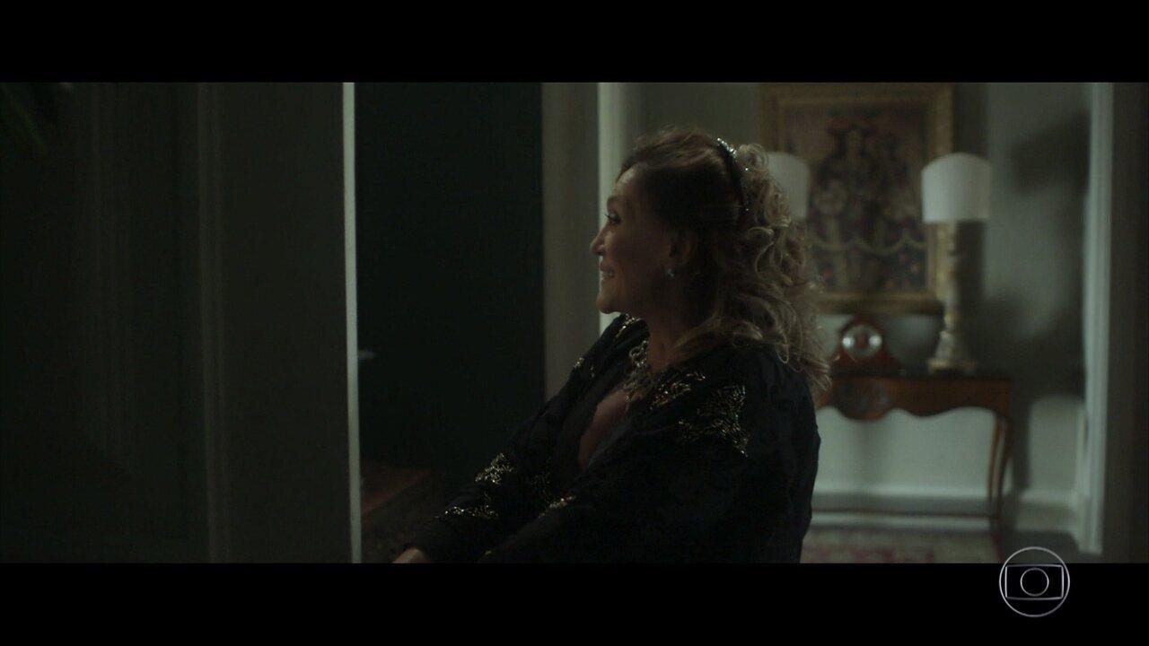 Cora recebe visita inusitada em casa
