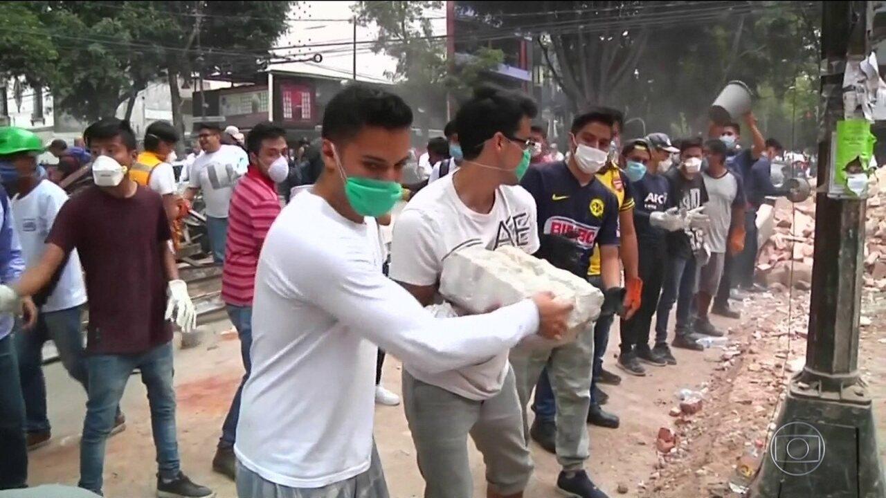 Resgate de sobreviventes do terremoto mobiliza mexicanos