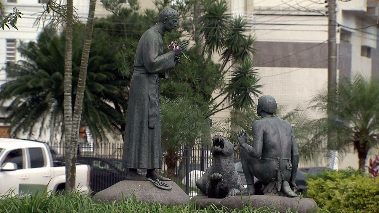 Jardim da praia de Santos reúne monumentos históricos