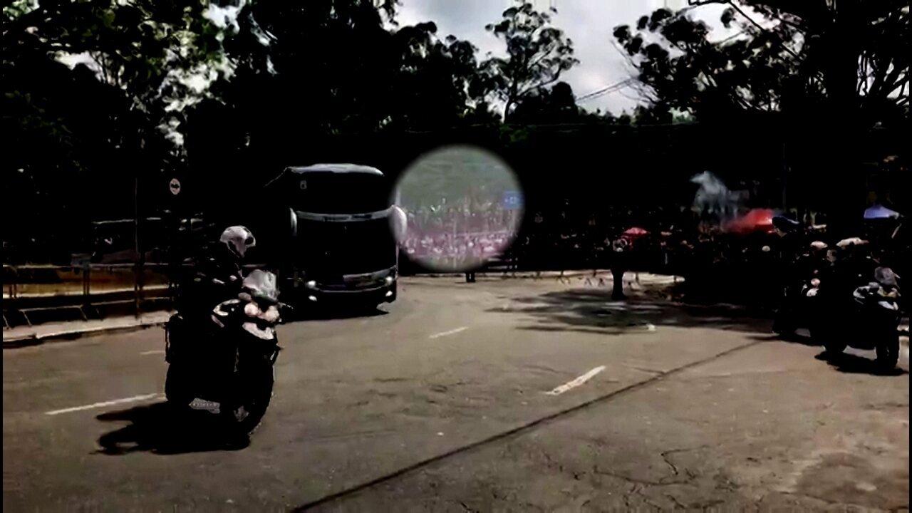Imagem mostra ônibus do Corinthians sendo atingido