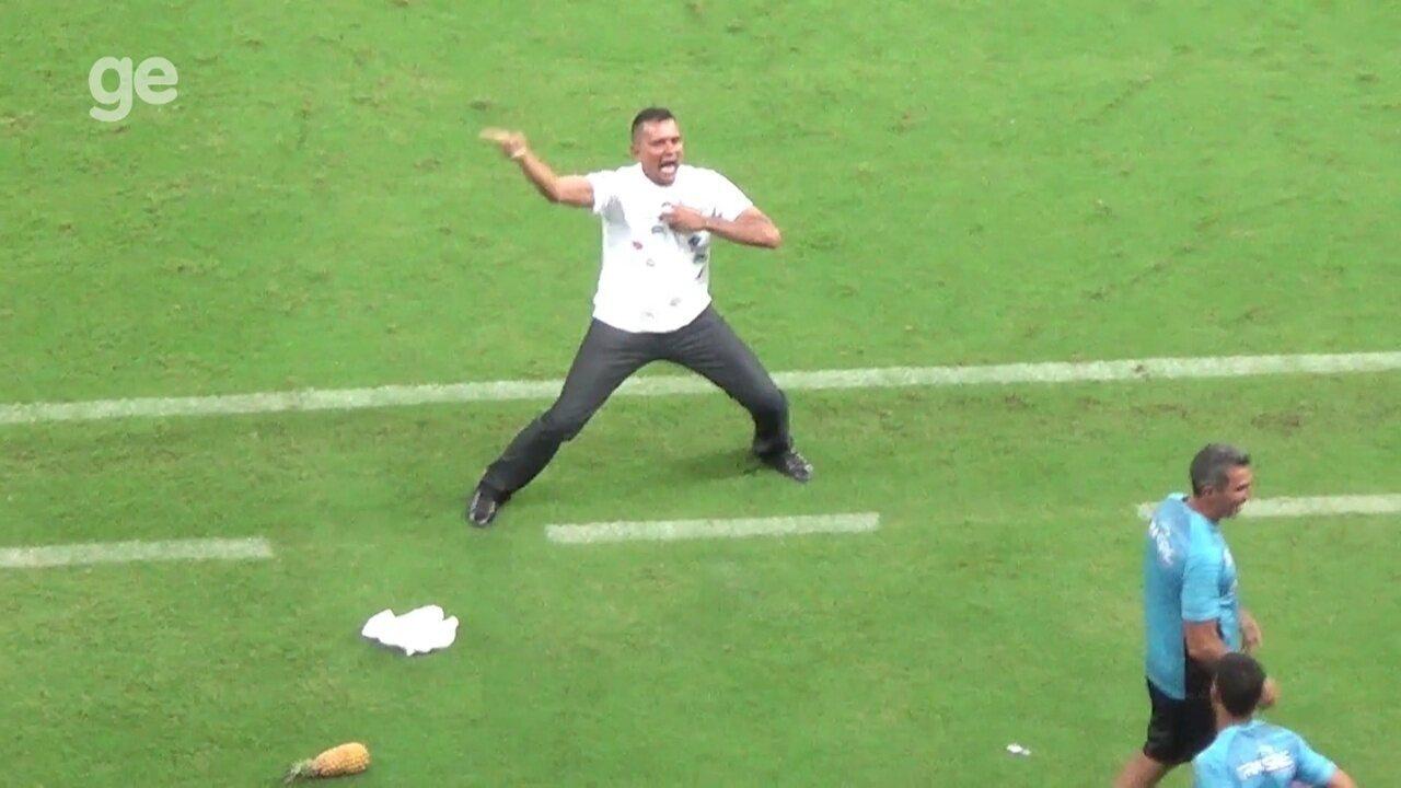 Em comemoração eufórica, presidente de clube arremessa abacaxi em banco adversário