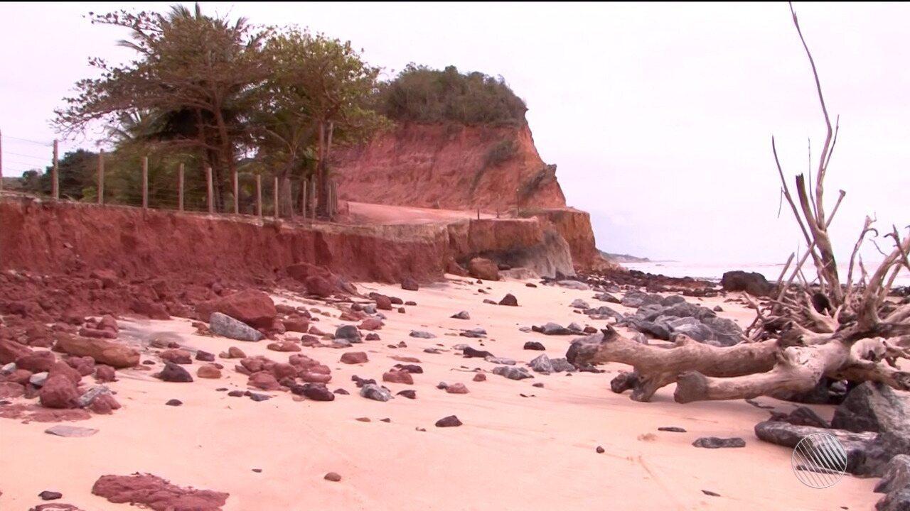 Moradores de Prado se preocupam com erosão de estrada que dá acesso às praias do município