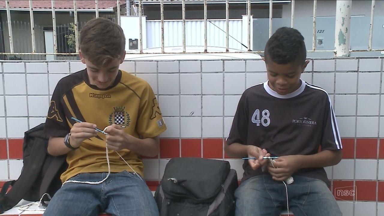 Alunos se reúnem para fazer croche e aprimorar habilidades em escola de Itajaí
