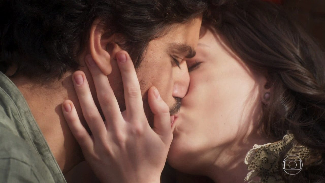 Maria Vitória e Inácio se beijam