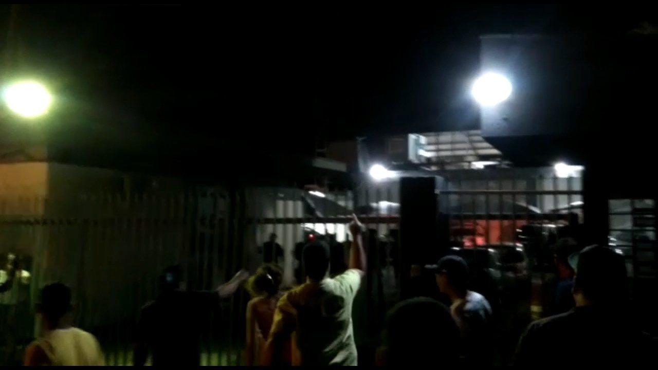 Grupo faz protesto em frente à delegacia de Umuarama após prisão de suspeito