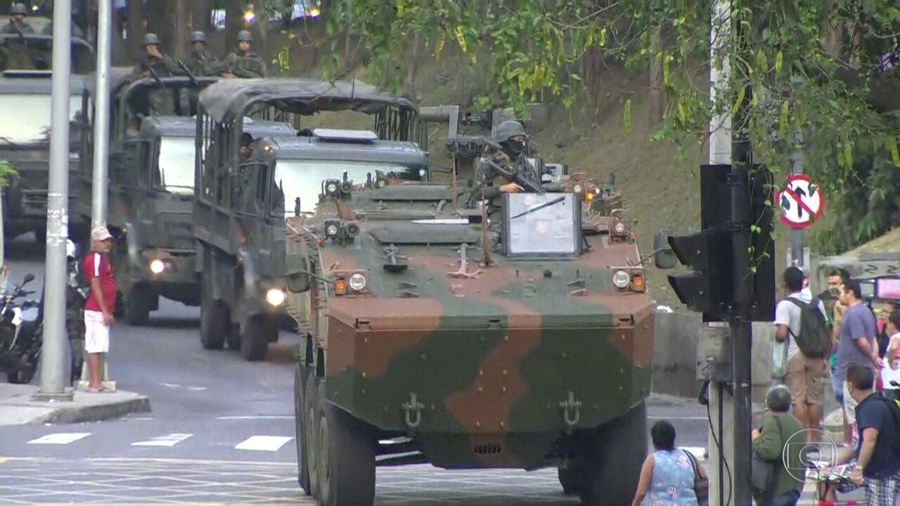 Policiais do Batalhão da Maré buscam Rogério 157 na comunidade