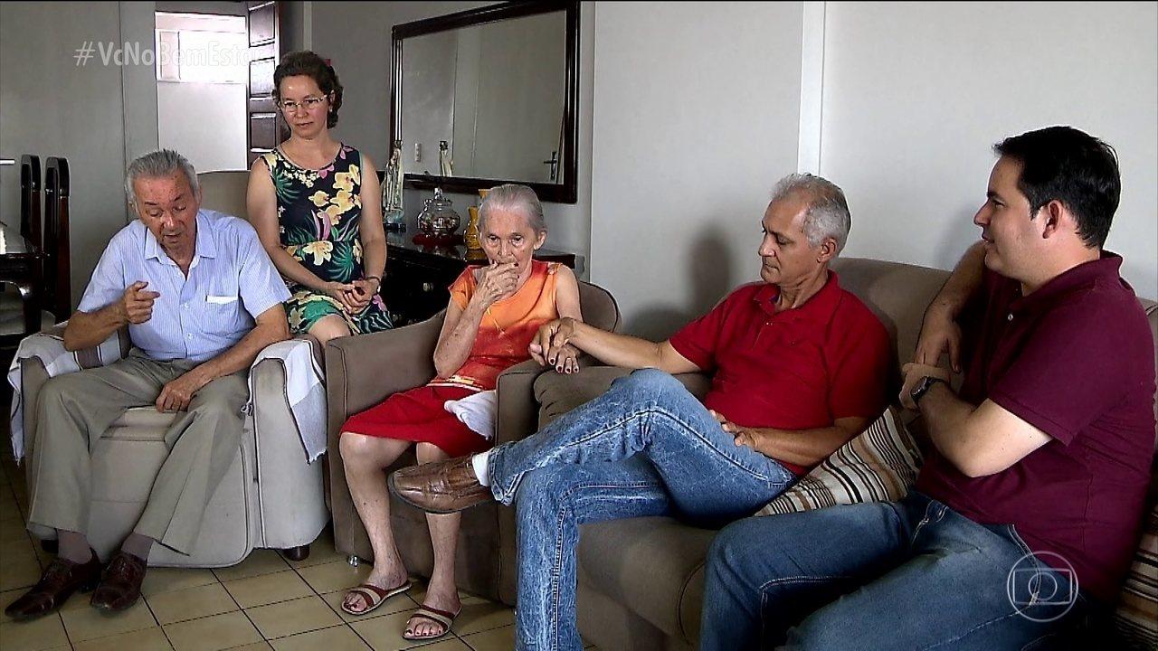 Filhos se organizam para cuidar do pai com Alzheimer