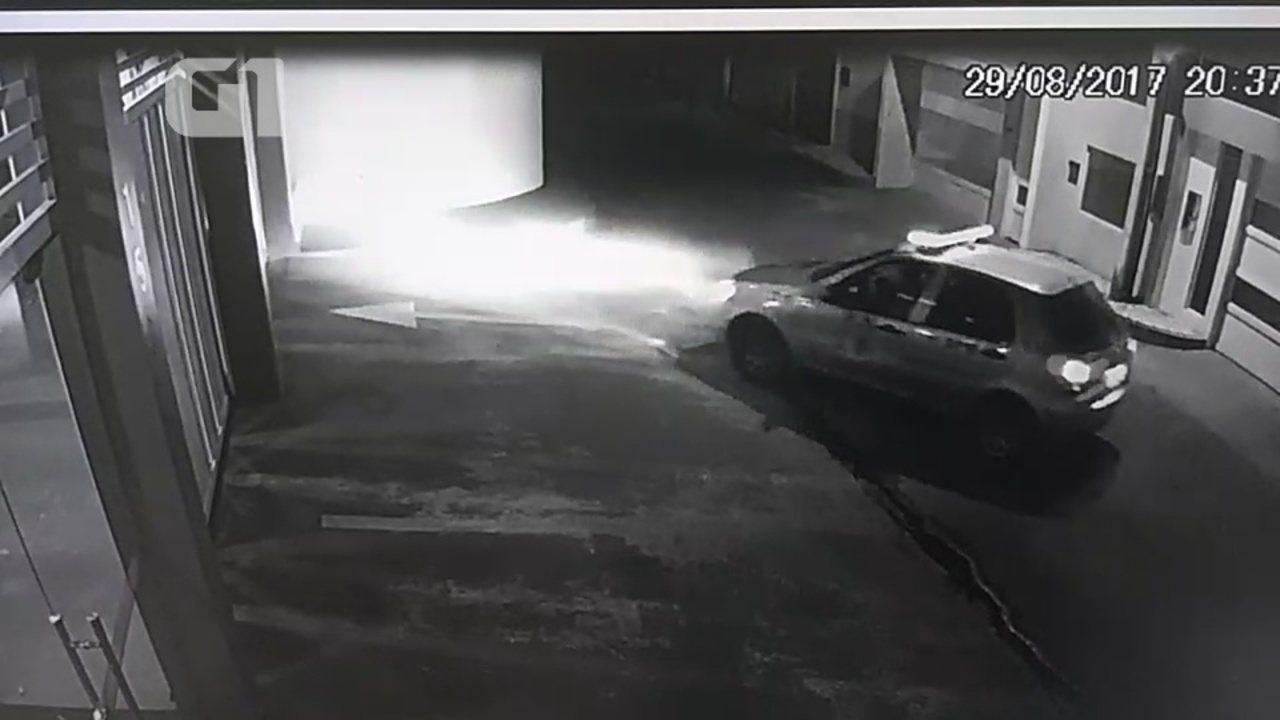 No AP, deputado em prisão domiciliar é flagrado chegando em casa em viatura da PM