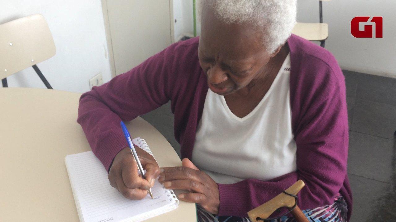 Aos 81 anos, Maria Thereza volta a estudar para aprender a mexer na internet