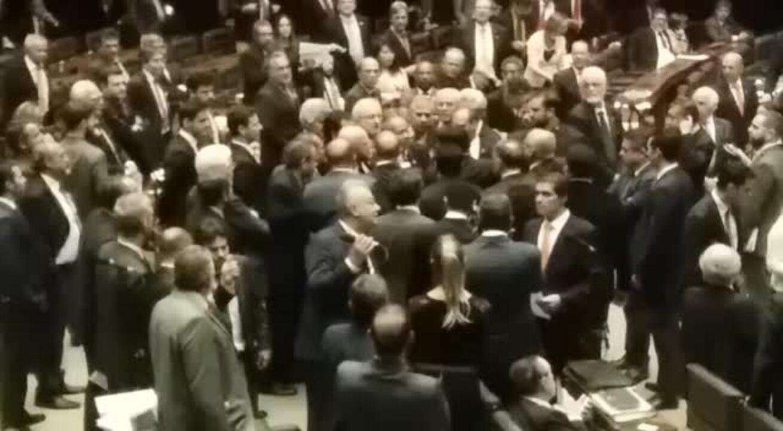Bate-boca após deputado defender que quem apoia performance nu tem que levar porrada
