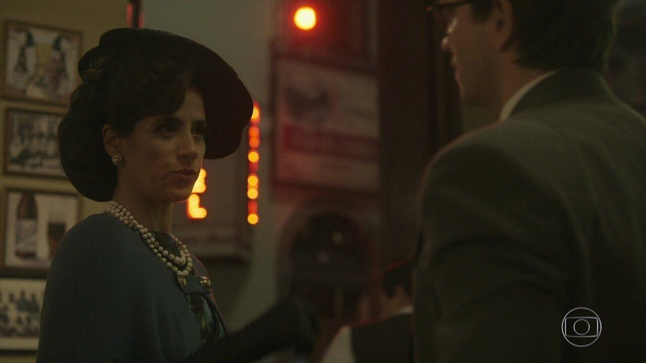 Laura contrata Zózimo para descobrir por quem está sendo seguida