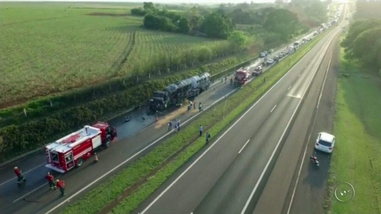 Acidente entre dois caminhões provoca vazamento de biodiesel em rodovia de Bauru