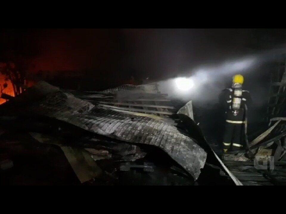 Bombeiros apagam fogo de acidente entre 9 veículos que deixou 4 mortos em Goiás