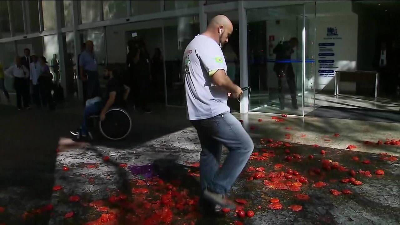Gilmar é recebido com tomates por protestantes num evento em São Paulo