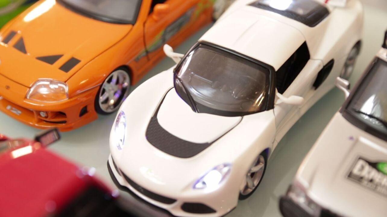 Menilson Filho mostra colecionador de miniaturas de carro
