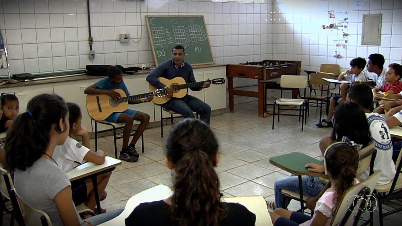 Professor dá aulas de música gratuitas para mais de 30 crianças, em Goiânia