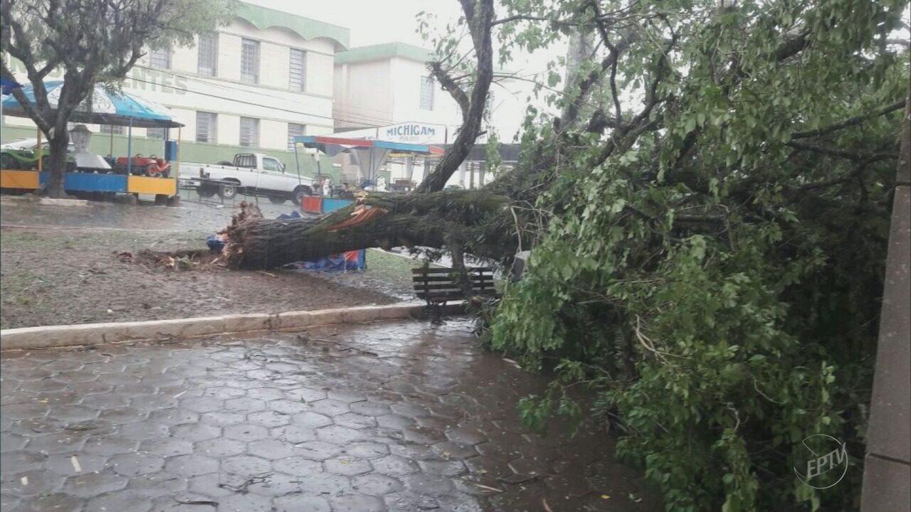 Chuva forte causa estragos em Inconfidentes, MG