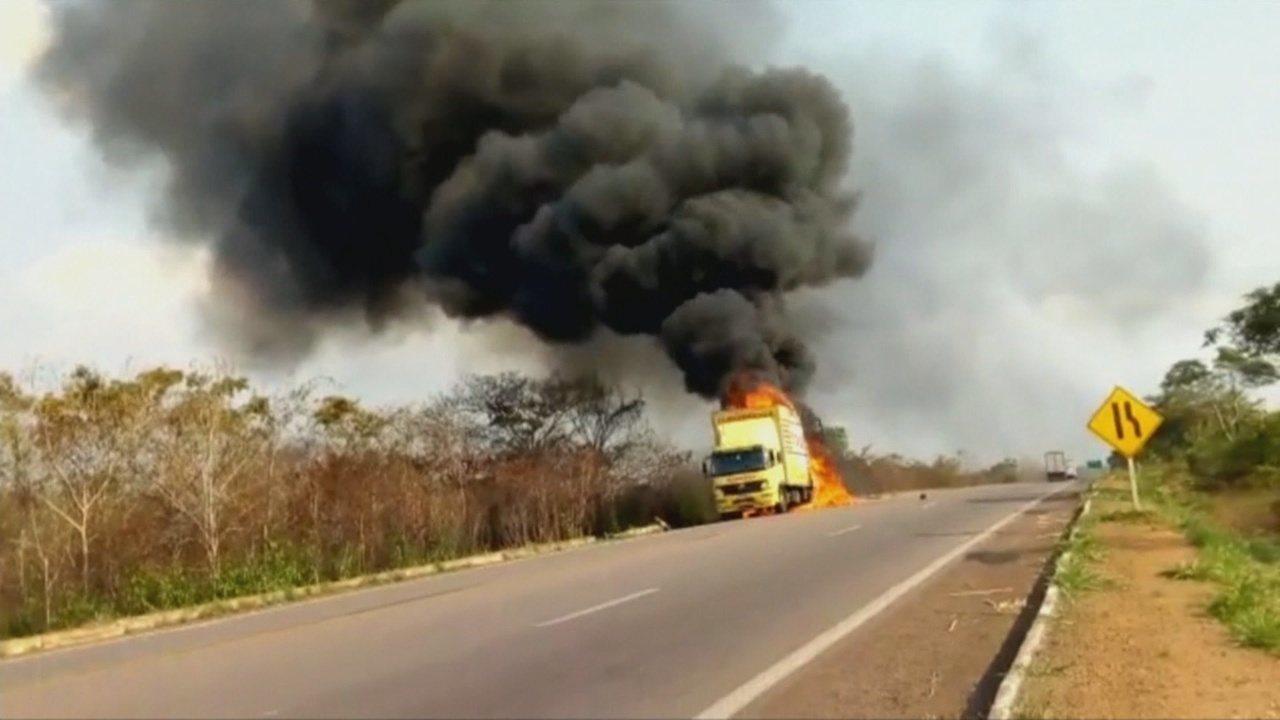 Caminhão é incendiado na BR-364 em Vilhena