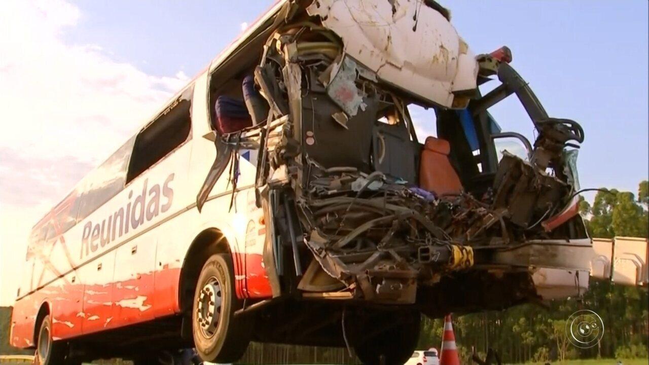 Acidente entre ônibus e caminhão de cana deixa um morto e dezenas de feridos em LinS