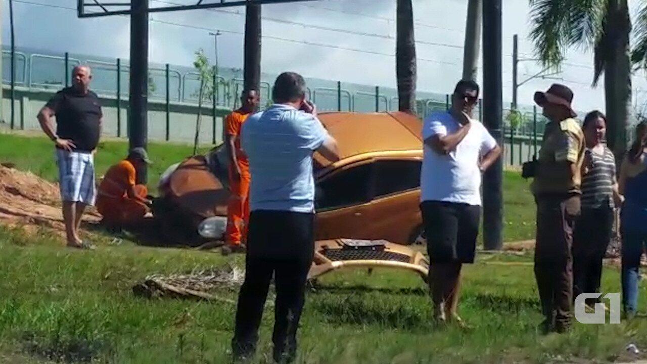 Após capotamento, veículo para no canteiro central da avenida Paralela