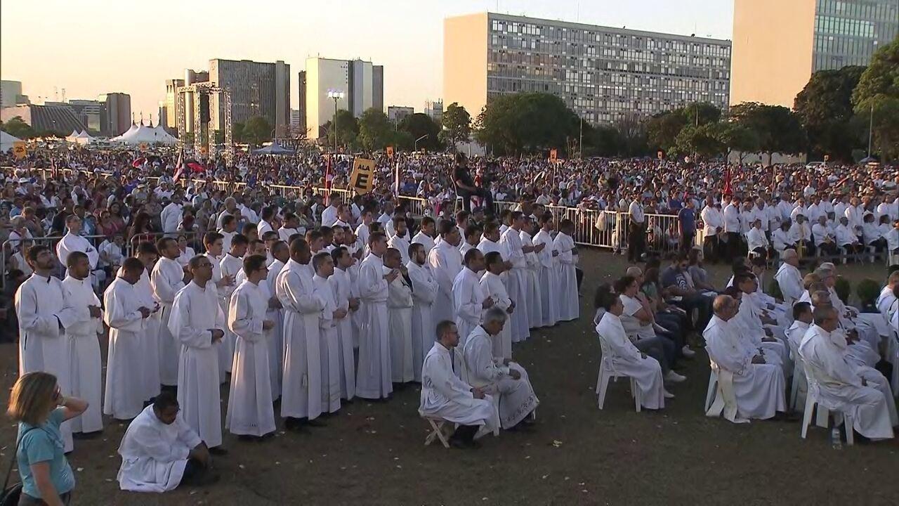 Fiéis se reúnem na Esplanada para celebrar Nossa Senhora Aparecida
