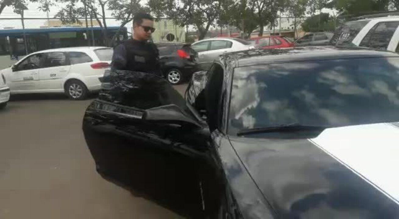 Policiais militares mostram Camaro apreendido no DF