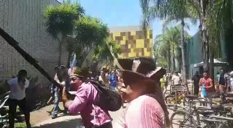 Vídeo: índios tentam invadir a Câmara