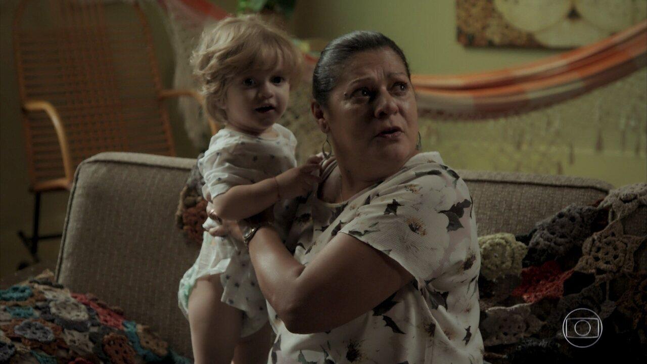 Nazaré troca Ruyzinho, vê a marca na coxa e avisa a Zeca que o menino é filho dele