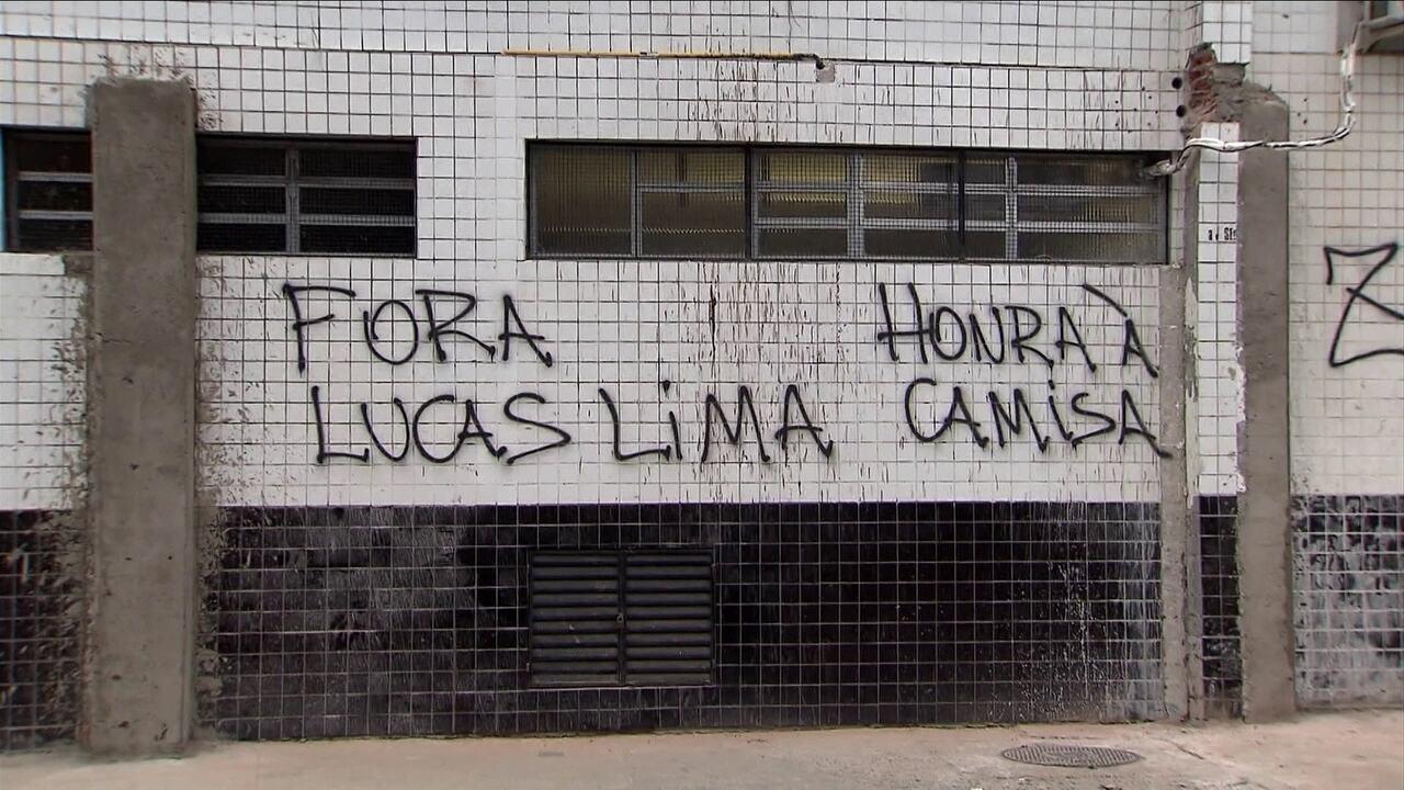 Lucas Lima, Zeca e Modesto são alvos de pichações na Vila Belmiro