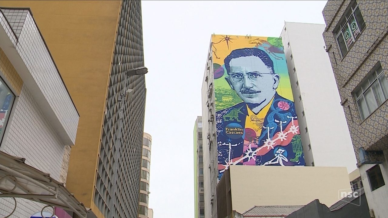 Grafite em prédio no centro de Florianópolis faz homenagem a Franklin Cascaes